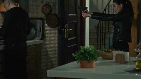Selda Hızır'a silah çeker